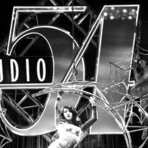 """Гламур, диско и скандалы: история самого легендарного клуба Манхэттена, """"Студии 54""""."""
