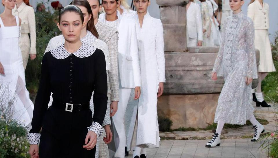 Прошлое Коко Шанель в показе Chanel Haute Couture.