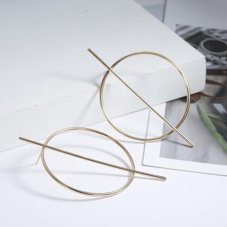 Сережки геометрической формы – хороший выбор для женщин с круглым лицом