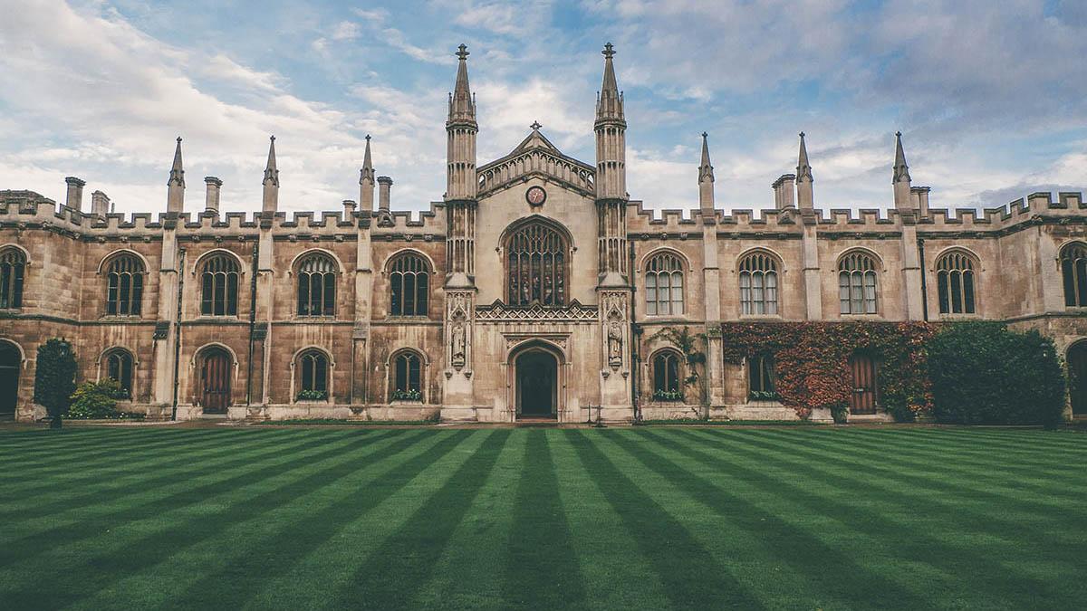 Cambridge University будет проводить онлайн лекции до 2021 года