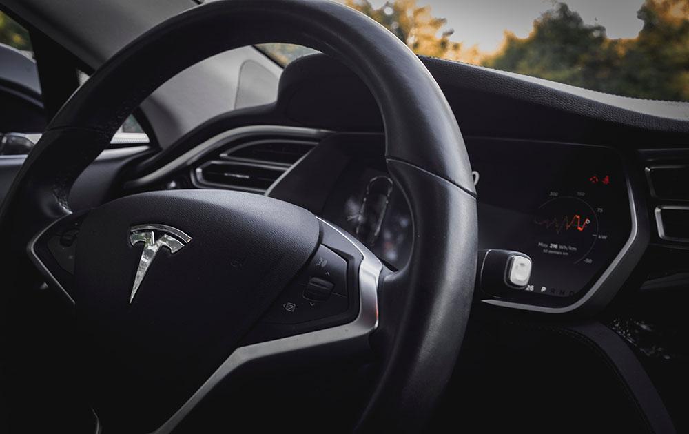Стоимость акции Tesla превысила $1000: компания стала самым дорогим производителем автомобилей в мире
