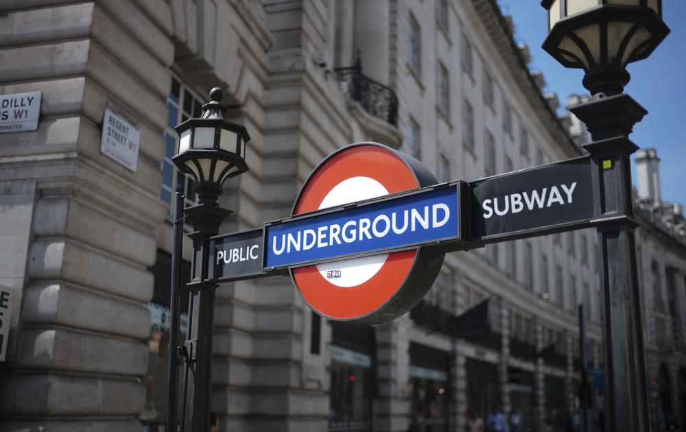 Бэнкси призвал всех носить защитные маски с помощью граффити в лондонском метро